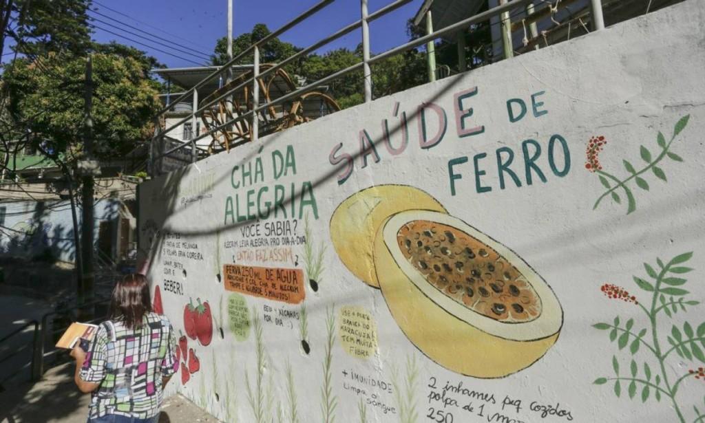 Ingredientes orgânicos: morango, maracujá, talo de espinafre e casca de banana são usados para montar um cardápio consciente