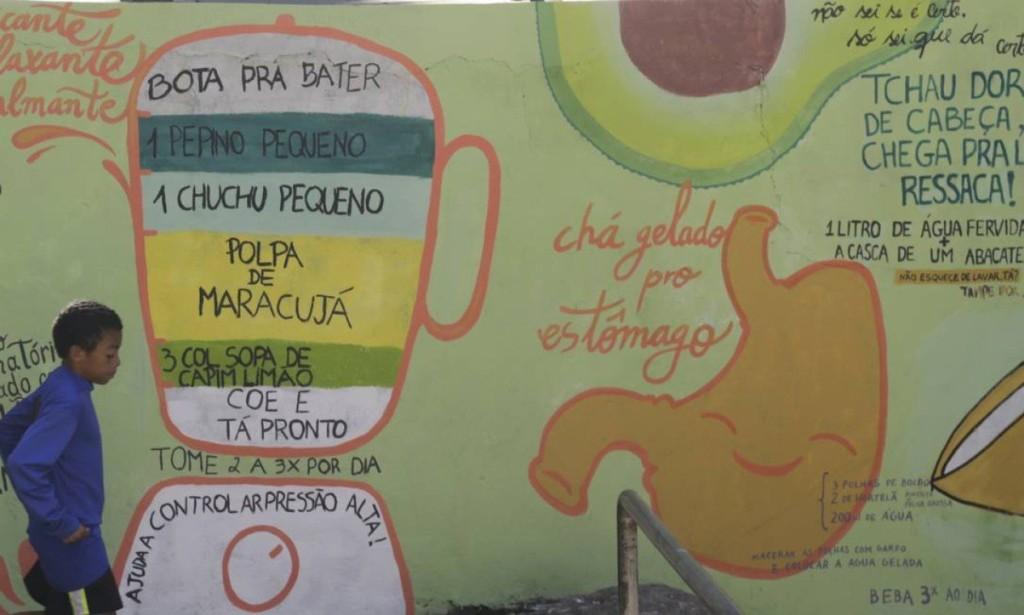 Muro em frente à Associação de Moradores pintado com as receitas e os alimentos orgânicos